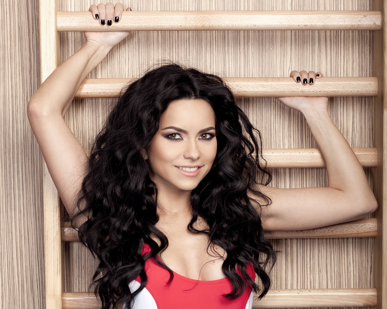 inna_curly_hairstyle_picture_2014_03